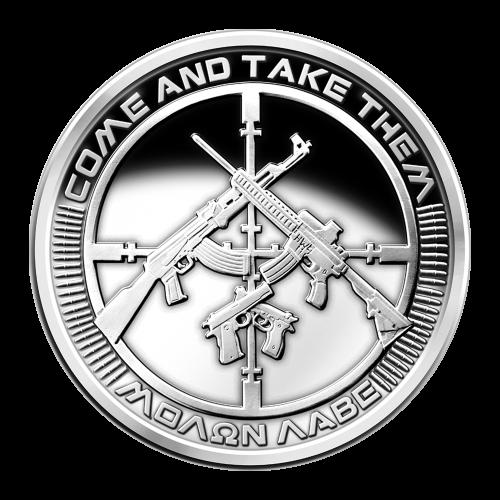 """Komm und nimm sie dir - Molon labe (Griechisch ΜΟΛΩΝ ΛΑΒΕ - Bedeutung """"Komm und nimm es dir"""") - 47 Kugeln, um ein Fadenkreuz herum - 2 überkreuz liegende, halbautomatische Gewehre, über 2 überkreuz liegenden, halbautomatischen Pistolen."""