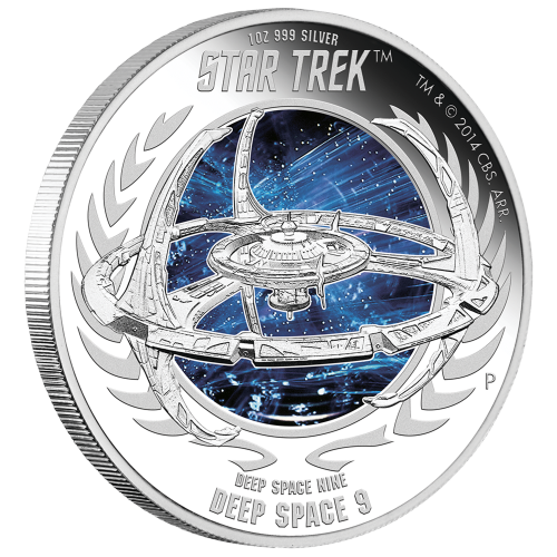"Eine Reliefprägung der Raumstation Deep Space Nine, über eine farbige Weltallszene gelegt und die Worte ""Star Trek Deep Space Nine Deep Space 9 1 oz. 999 Silver"" (Star Trek Deep Space Nine Deep Space 9 1 oz 999 Silber) und das Perth Prägezeichen."