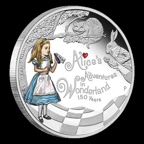 """Alice, in Farbe, die eine Flasche mit der Grinse-Katze und dem weiße Kaninchen hält, sowie die Worte """"Alice's Adventures in Wonderland 150 Years"""" (Die Abenteuer von Alice im Wunderland 150 Jahre), dazu das Perth Prägezeichen."""